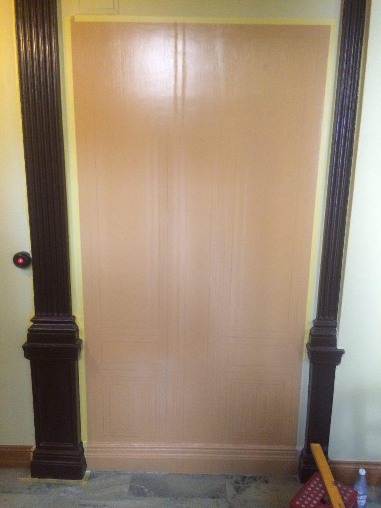 Denna yta ska snart illusionsmålas så att den ser ut som en dörr.