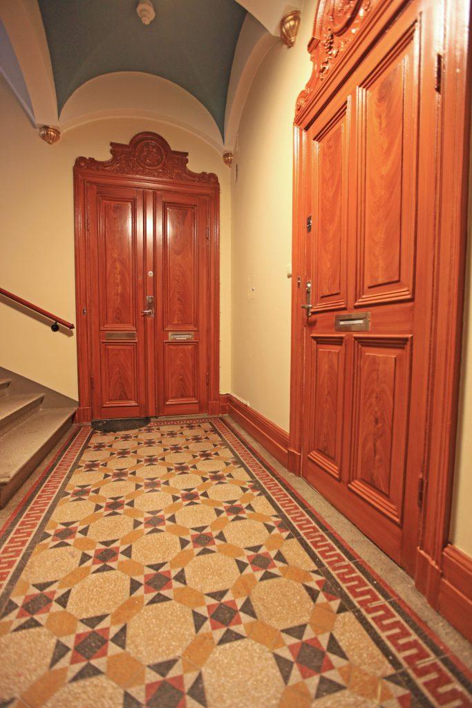 Mahognyådrade dörrar