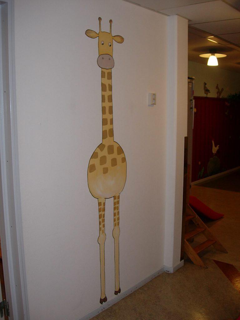 En giraff målad på väggen i väntrummet.