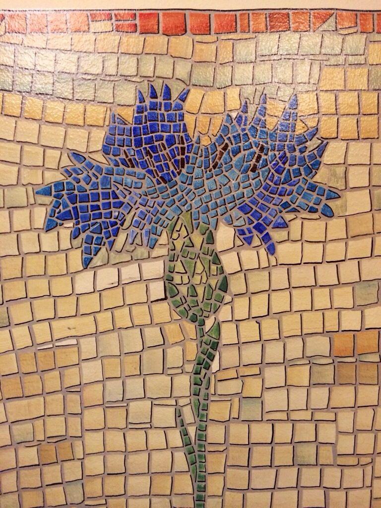 Blåklint, målad som mosaikimitation i trapphus i Stockholm.