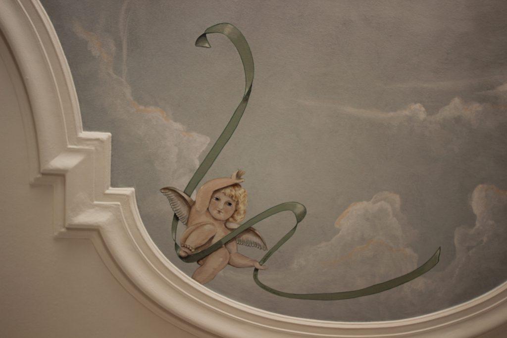 Klassiskt dekorationsmåleri av takhimmel.