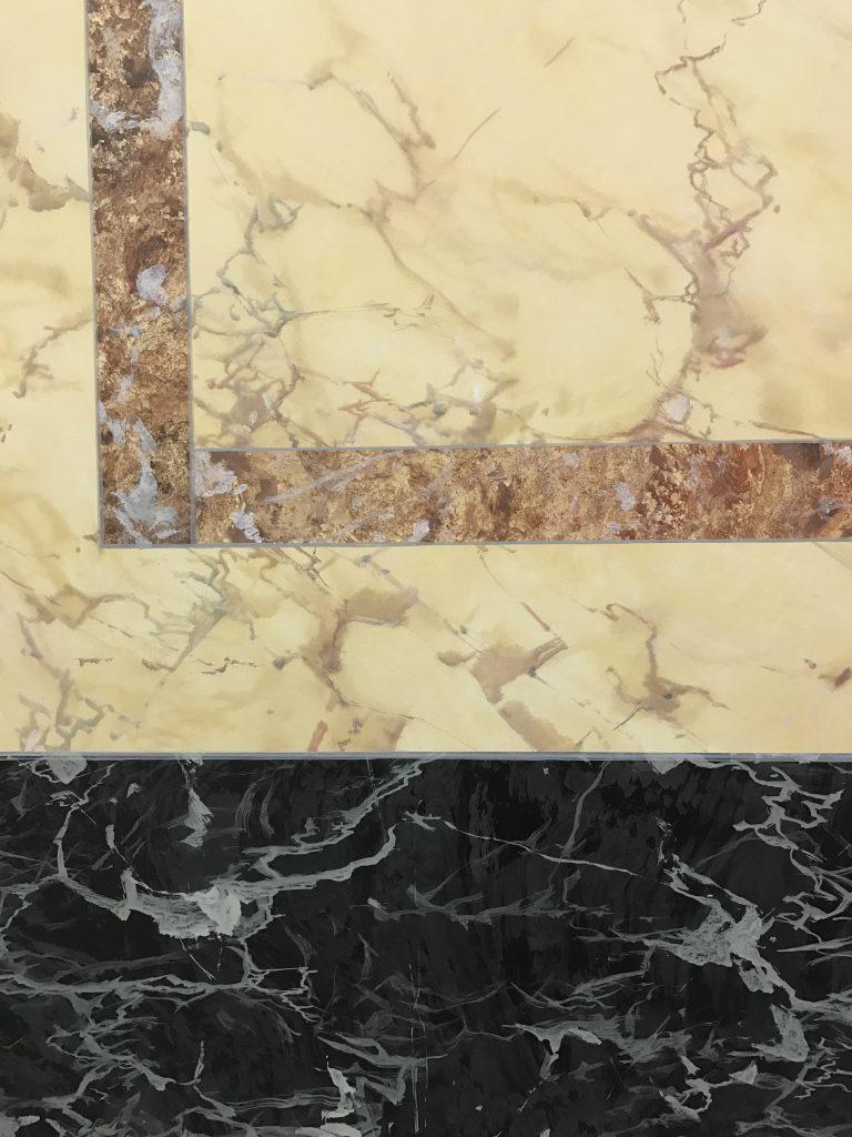 Imitation av tre olika marmorarter: gul sienna, rouge de range och vert de mer.